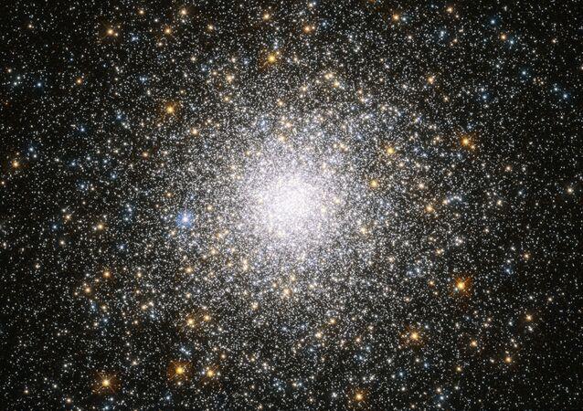 Aglomerado globular de estrelas Messier 75, localizando na constelação de Sagitário, a uns 67 mil anos-luz da Terra