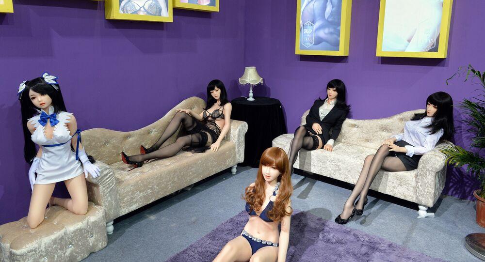 Bonecas sexuais durante exposição de brinquedos eróticos