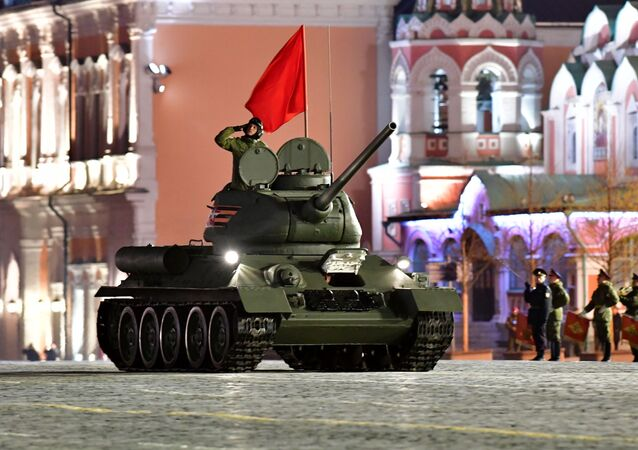 Tanque T-34-85 em ensaio de desfile militar na Praça Vermelha (foto de arquivo)