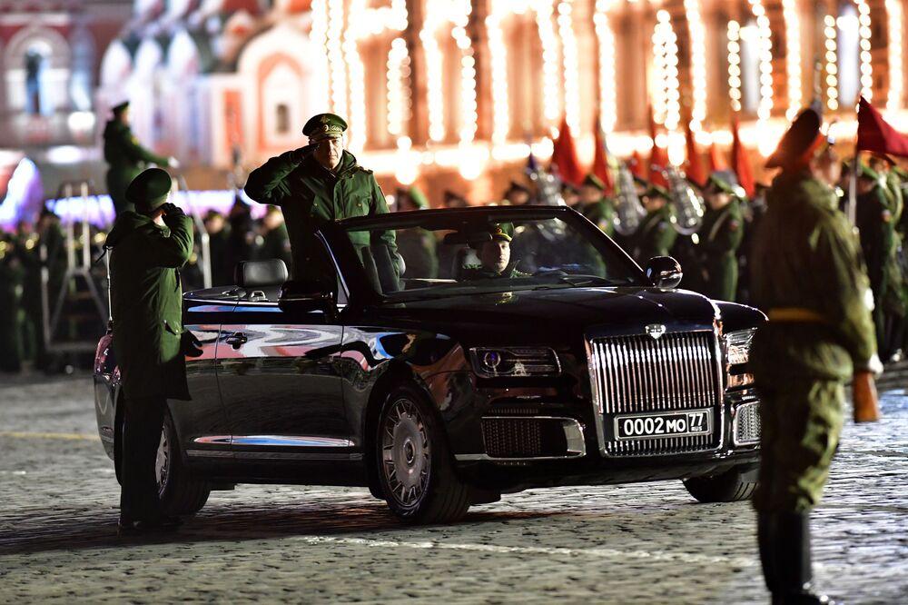 Conversível Aurus Senat no ensaio do desfile militar dedicado ao 74º aniversário da vitória na Segunda Guerra Mundial, Moscou, Rússia