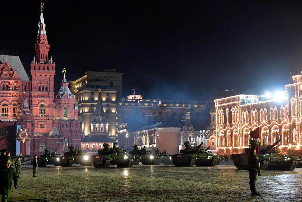 Tanques T-72B3 no ensaio do desfile militar dedicado ao 74º aniversário da Grande Guerra Patriótica, Moscou, Rússia
