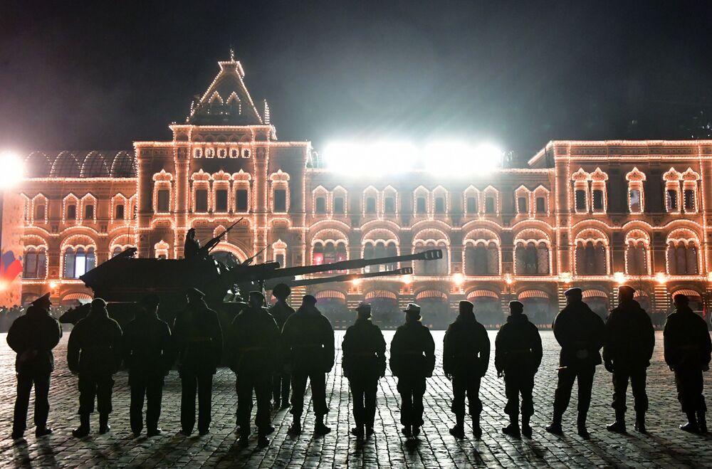 Obuseiro autopropulsado Msta-S mostrado no ensaio do desfile militar na Praça Vermelha, em Moscou, em homenagem ao triunfo sobre a Alemanha nazista em 1945