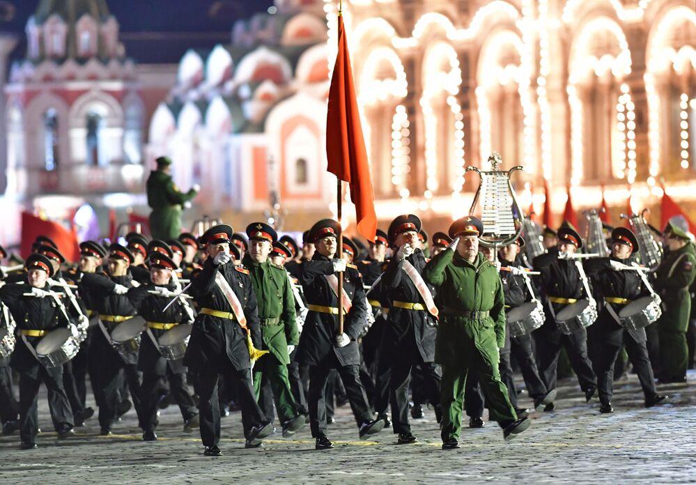Desfile de militares no ensaio da parada militar realizada anualmente na Praça Vermelha, na capital russa de Moscou