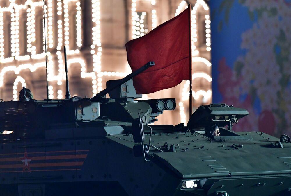 Blindado Bumerang no ensaio do desfile militar na Praça Vermelha, na capital russa de Moscou