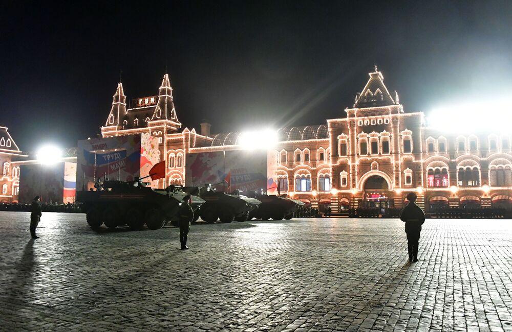 Blindado Bumerang é apresentado no ensaio da Parada da Vitória na Praça Vermelha, realizada anualmente em Moscou, Rússia