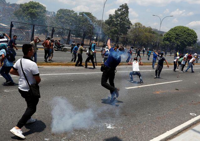 A oposição e a Guarda Nacional Bolivariana entraram em confronto perto da base aérea La Carlota, em Caracas