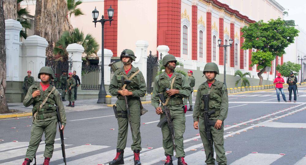 Militares venezuelanos perto do Palácio de Miraflores em Caracas (imagem referencial)