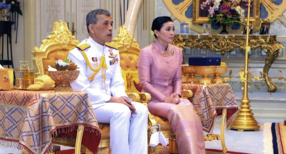 Rei da Tailândia Maha Vajiralongkorn Bodindradebayavarangkun e a Rainha Suthida Vajiralongkorn em Bangkok, Tailândia.