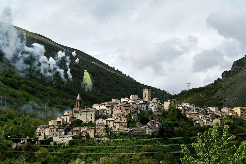 Fogos de artifício são vistos sobre a vila de Cocullo durante as celebrações do Rito dos Serpari, o festival das cobras na Itália