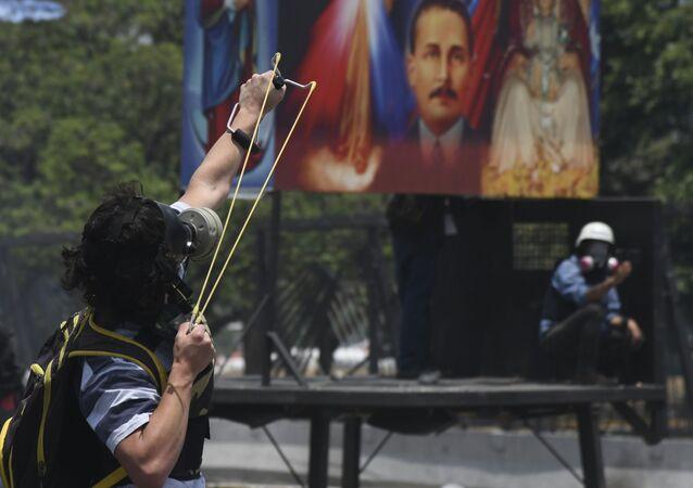 Manifestantes durante confronto com Guarda Nacional venezuelana em Altamira, Caracas (imagem de arquivo)