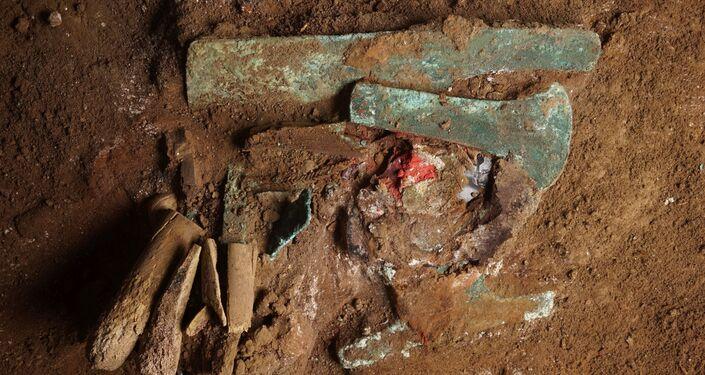 Objetos metálicos são encontrados junto aos ossos durante expedição no Peru