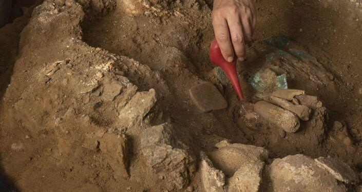 Arqueólogos poloneses descobrem tumba de metalúrgico de 1.200 anos no Peru