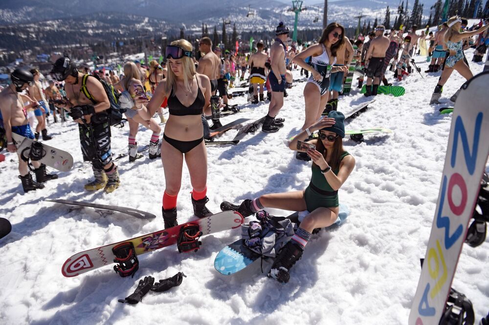 Participantes do festival Grelkafest que reuniu centenas de esquiadores vestidos apenas com roupas de banho ou outros trajes menos convencionais