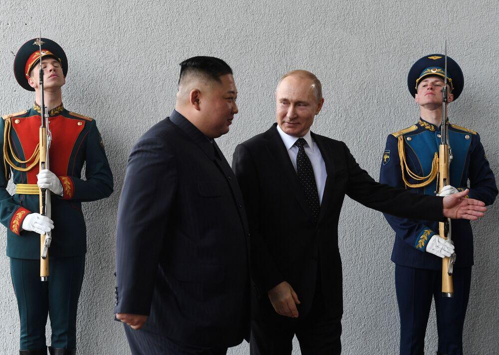 Presidente russo Vladimir Putin e o líder norte-coreano Kim Jong-un durante a cúpula na Universidade Federal do Extremo Oriente, na ilha Russky, em Vladivostok