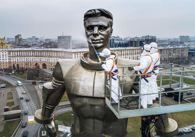 Funcionários municipais limpam o monumento a Yuri Gagarin, primeira pessoa a viajar no espaço, em Moscou