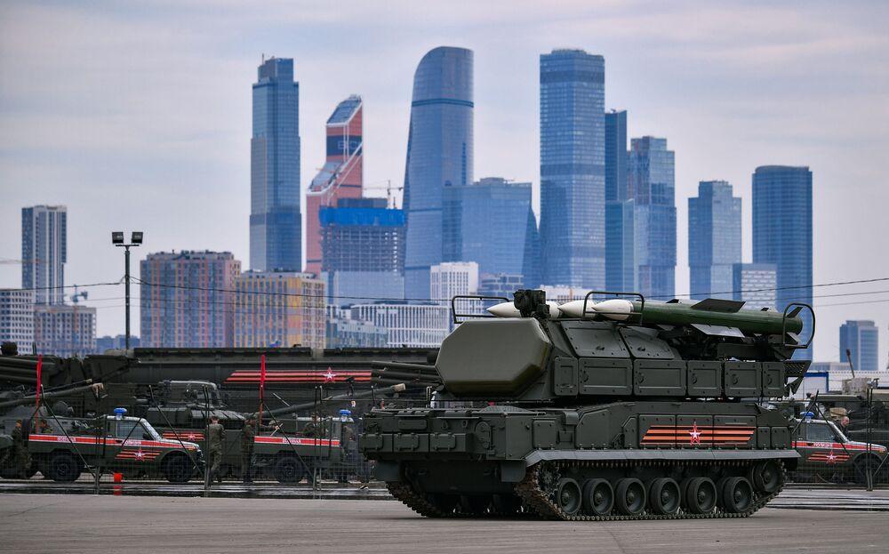 Veículos militares que participarão da tradicional Parada da Vitória em 9 de maio são transportados do polígono de Alabino, nos arredores de Moscou, para o centro da capital russa