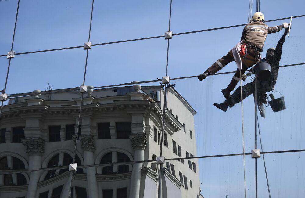 Limpeza de vidros do centro de negócios Lotte Plaza em Moscou