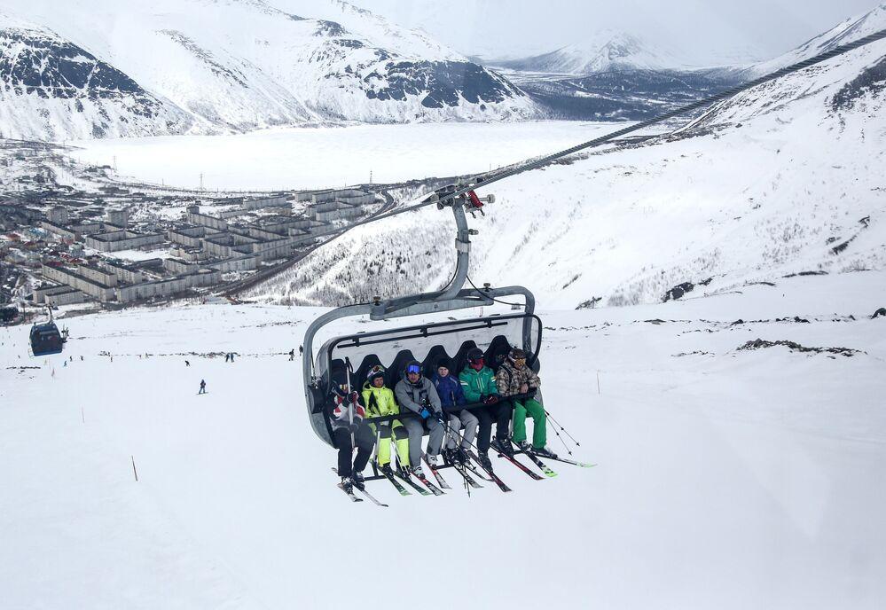 Esquiadores em teleférico no resort Bolshoi Vudyavr na cidade de Kirovsk, Rússia