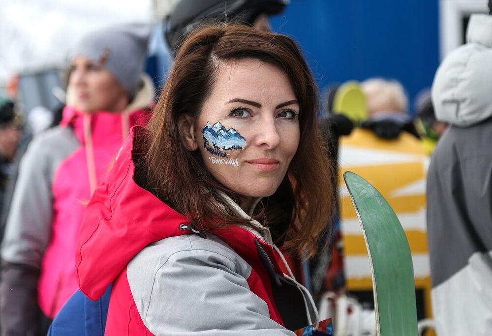 Mulher posa para foto no festival Khibiny-Bikini 2019 na estação de esqui Bolshoi Vudyavr, localizada na cidade russa de Kirovsk