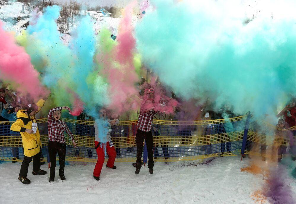 Turistas se divertem durante festival Khibiny-Bikini 2019, que decorre na encosta norte do complexo de esqui Bolshoi Vudyavr, na cidade russa de Kirovsk