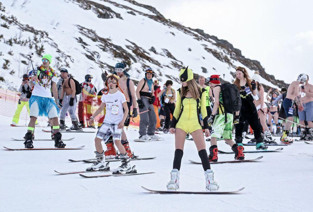 Participantes praticam esportes na neve durante o festival Khibiny-Bikini 2019, na cidade de Kirovsk, Rússia
