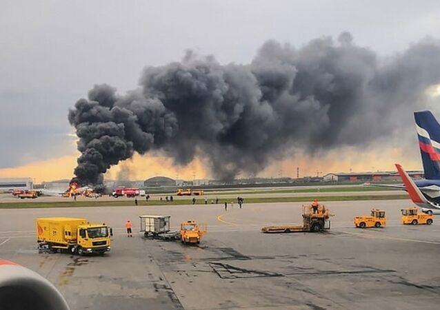 Um avião de passageiros em chamas após um pouso de emergência no aeroporto de Sheremetyevo, nos arredores de Moscou