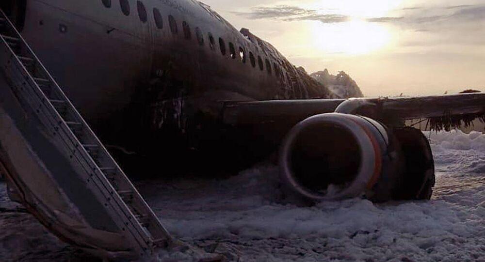 Escombros do avião SSJ100 na pista de aterrissagem no Aeroporto Sheremetyevo vistos após bombeiros apagarem o fogo