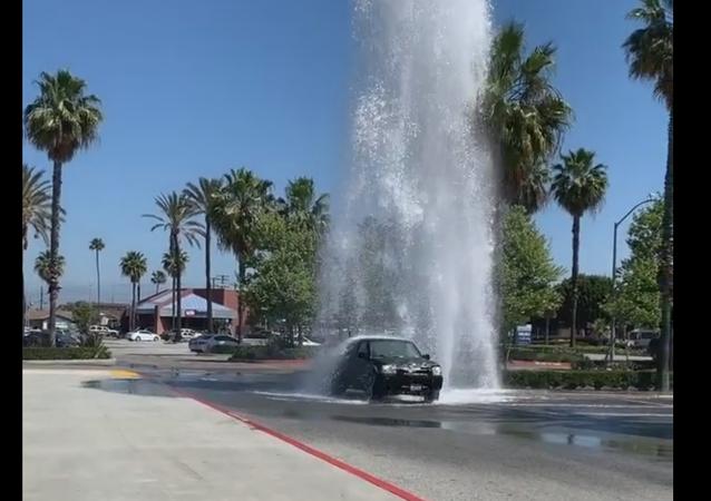 Motoristas se aproveitam de hidrante quebrado para lavar carros na Califórnia