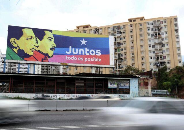 Outdoor com imagens de Nicolás Maduro e Hugo Chávez em uma rua de Caracas, capital venezuelana (foto de arquivo)
