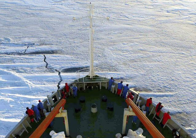 Membros da Equipe de Pesquisa Antártica Chinesa navegando rumo ao continente a bordo do navio de expedição polar Xuelong.