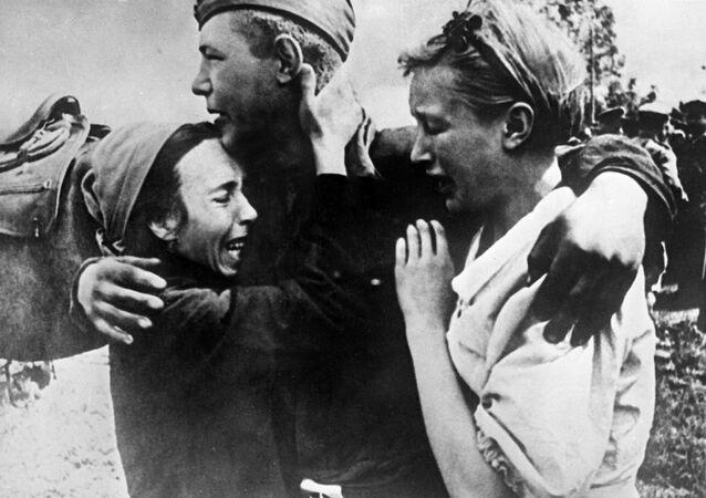 Um soldado do Exército Vermelho encontra suas irmãs que escaparam da morte, 1943
