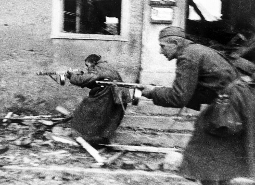Soldados soviéticos participam da luta nas ruas de Schirwindt na Prússia Oriental, 1944