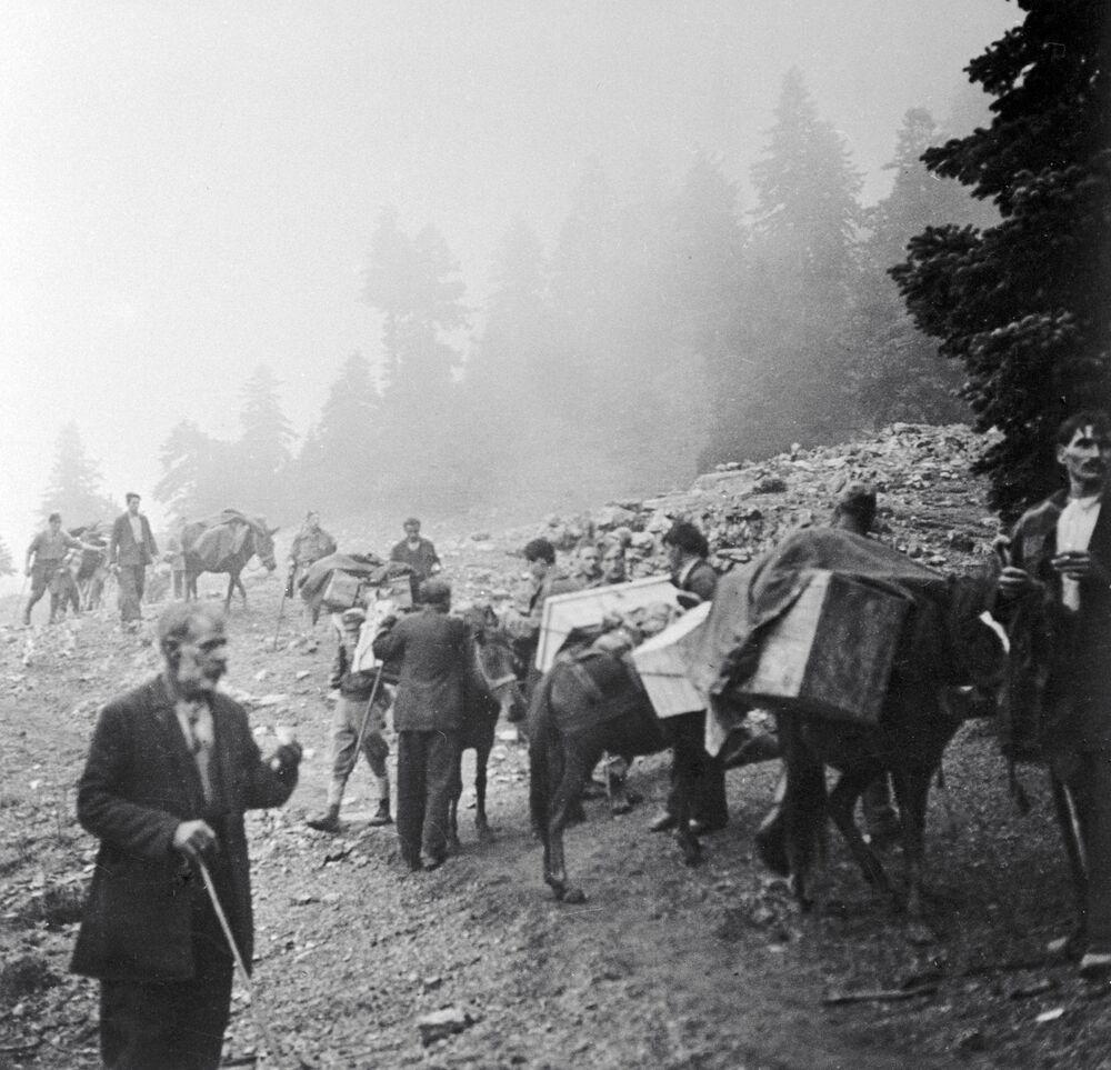 Povo grego ajuda o Exército de Libertação Popular da Grécia (ELAS) a transportar munições, 1944