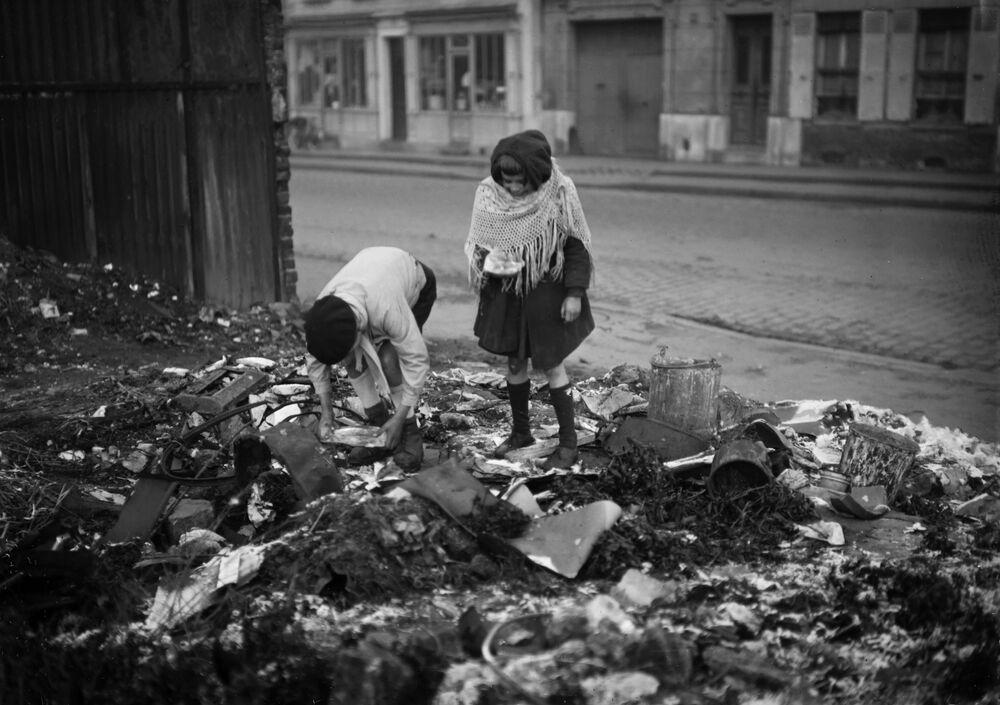 Crianças remexem no lixo em uma das ruas de Paris, janeiro de 1945