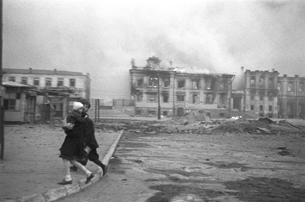 Cidade soviética de Stalingrado durante um ataque aéreo da Alemanha nazista, fevereiro de 1943