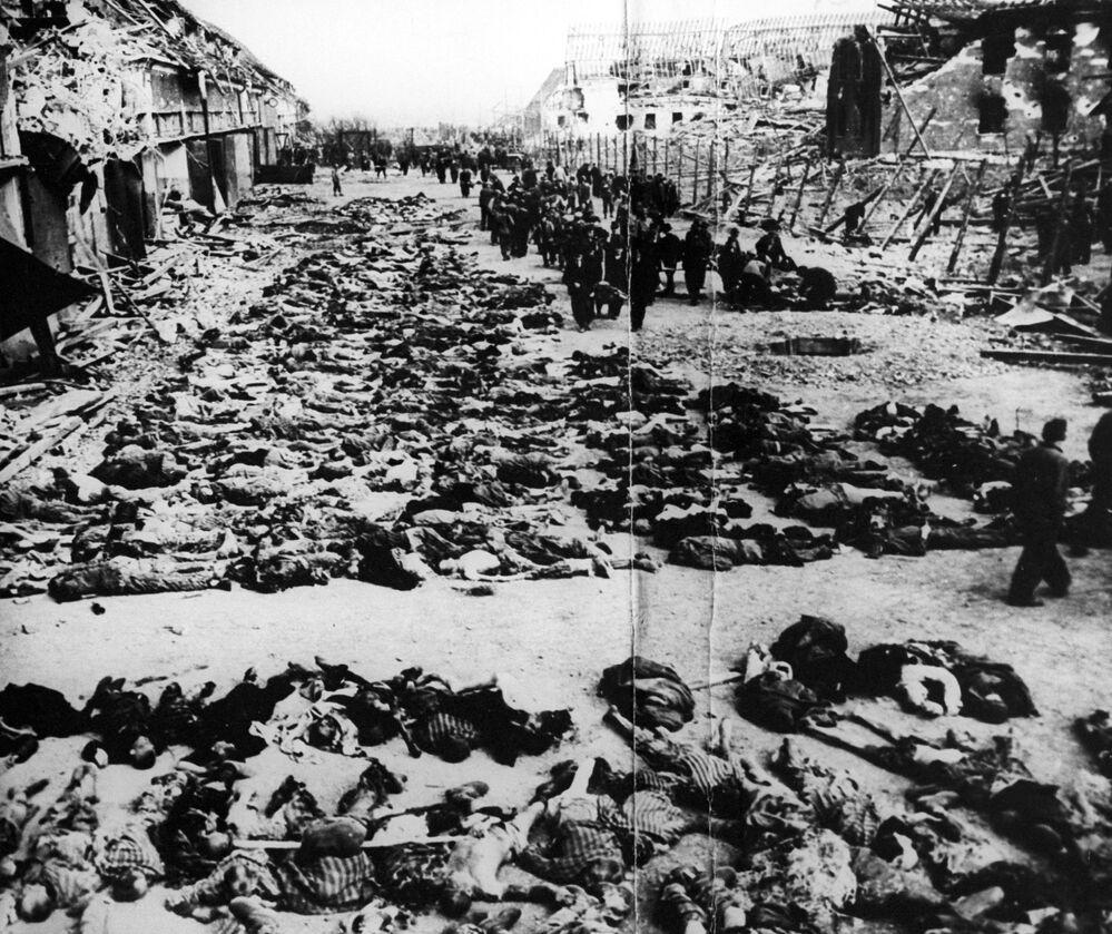 Corpos dos prisioneiros fuzilados no campo de concentração alemão nazista Klooga, no então território ocupado da Estônia