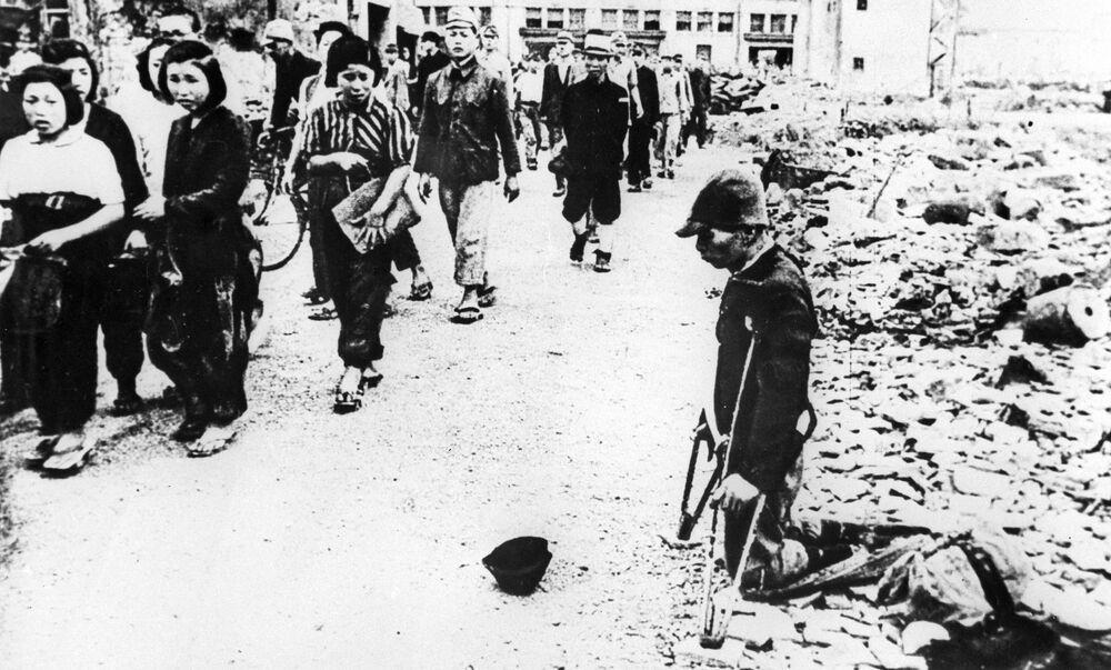 Uma rua da cidade de Tóquio após o ataque aéreo dos EUA, 1945