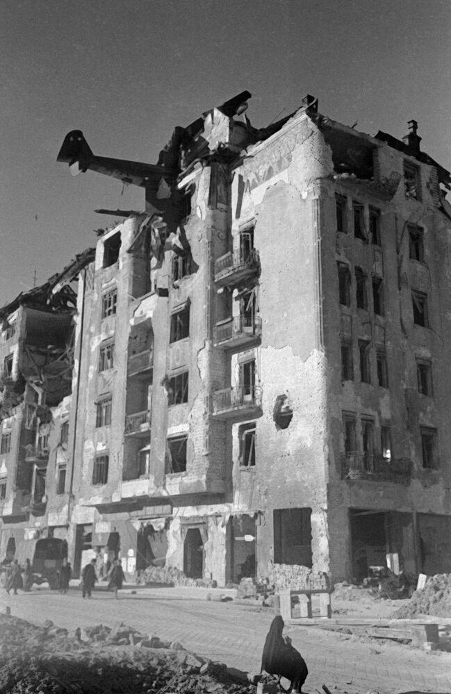 Planador de assalto alemão DFS 230 que colidiu com um edifício em uma das ruas de Budapeste