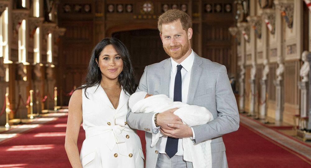 Príncipe da Grã-Bretanha Harry e Meghan, Duquesa de Sussex, durante foto de imprensa com seu filho recém-nascido, em St George Hall no Castelo de Windsor.
