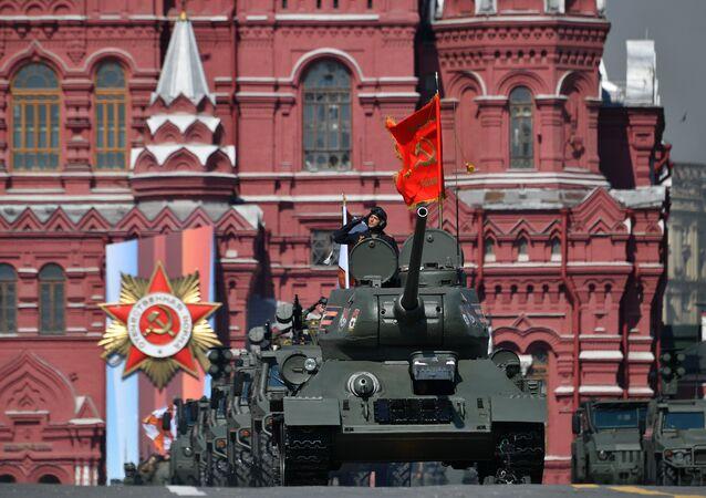 Tanque T-34 durante os ensaios da Parada da Vitória