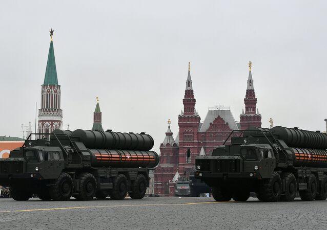 Sistemas de defesa antiaérea S-400 desfilam na Parada da Vitória 2019 em Moscou