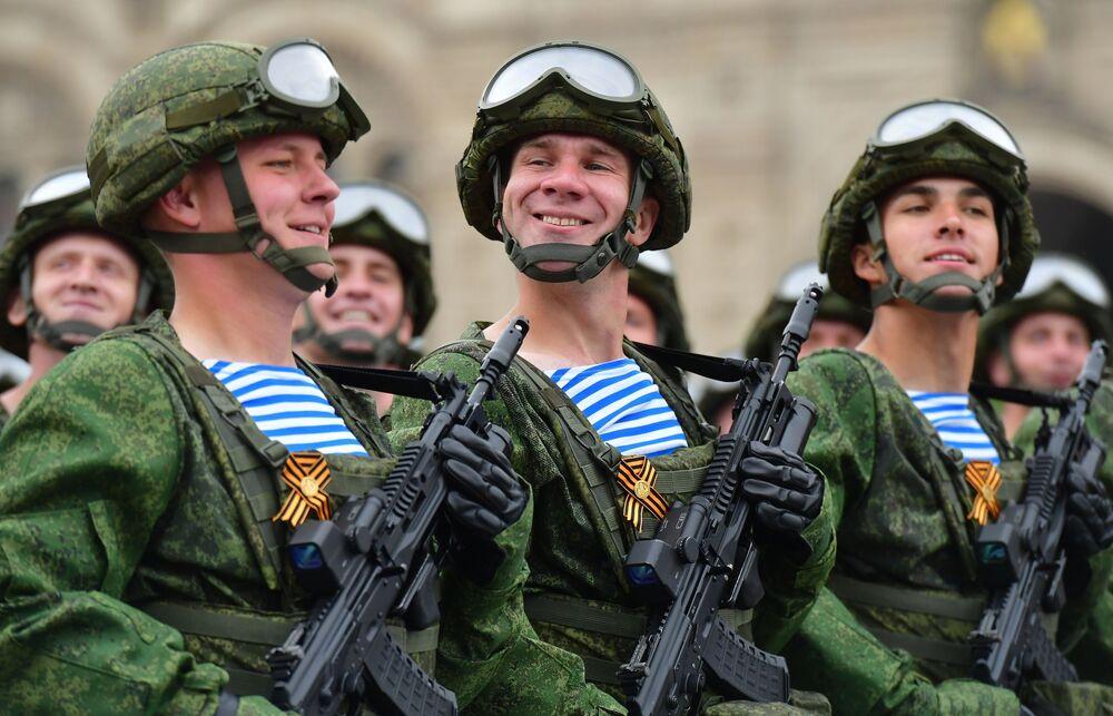 Militares do 331º Regimento de Paraquedistas da Guarda na Praça Vermelha
