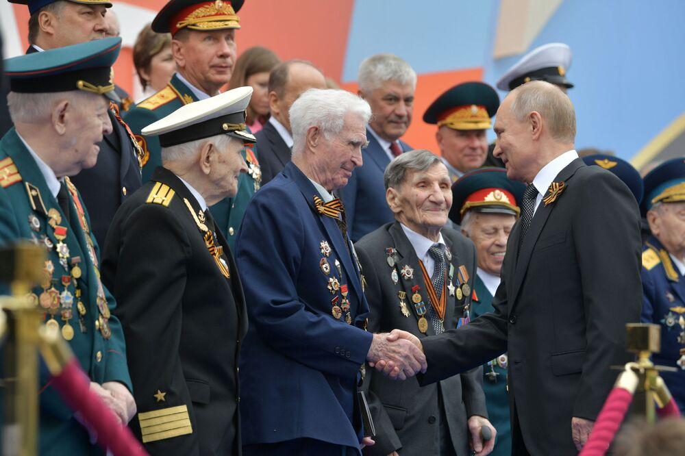 Presidente russo, Vladimir Putin, cumprimenta veteranos