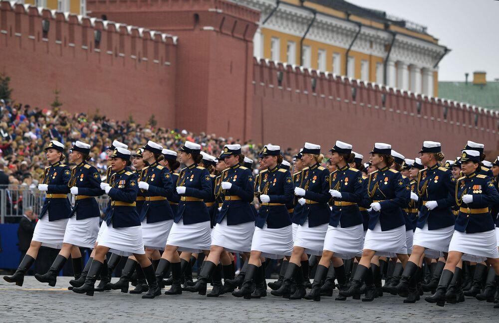 Militares femininas do Ministério da Defesa russo marcham na Praça Vermelha