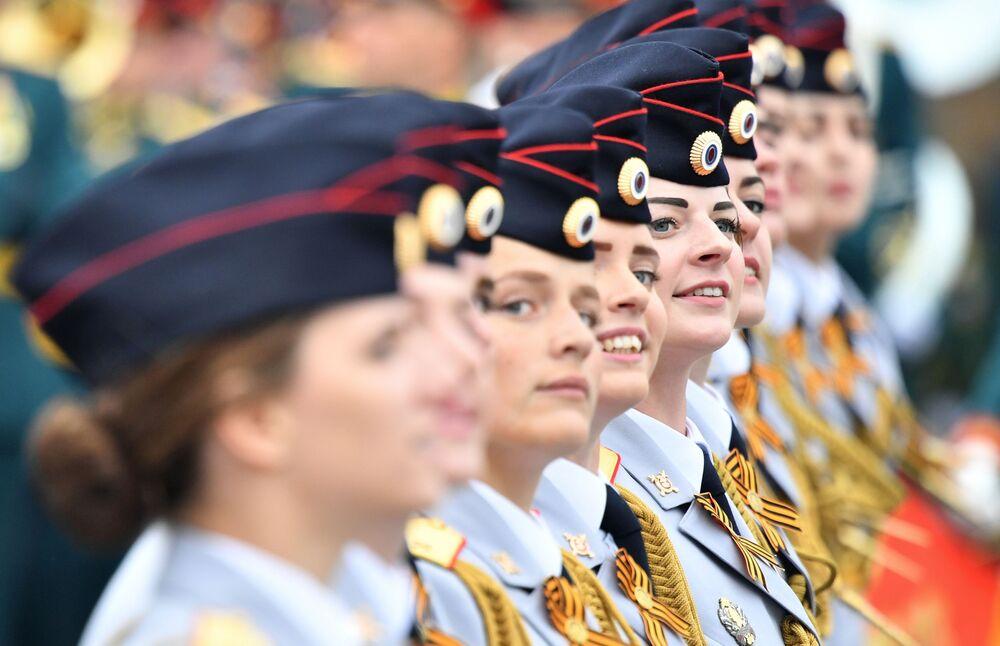 Cadetes femininas durante desfile do Dia da Vitória em Moscou