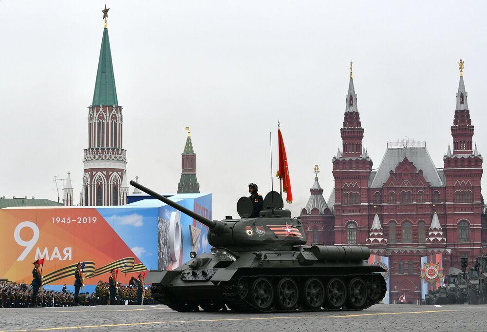 Tanque T-34-85 na Praça Vermelha