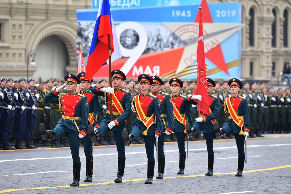 Grupo de porta-bandeiras durante parada militar na Praça Vermelha