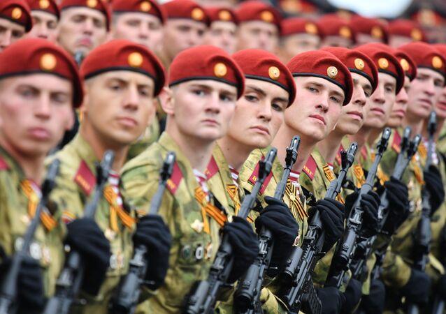 Militares da Guarda Nacional da Rússia na Praça Vermelha