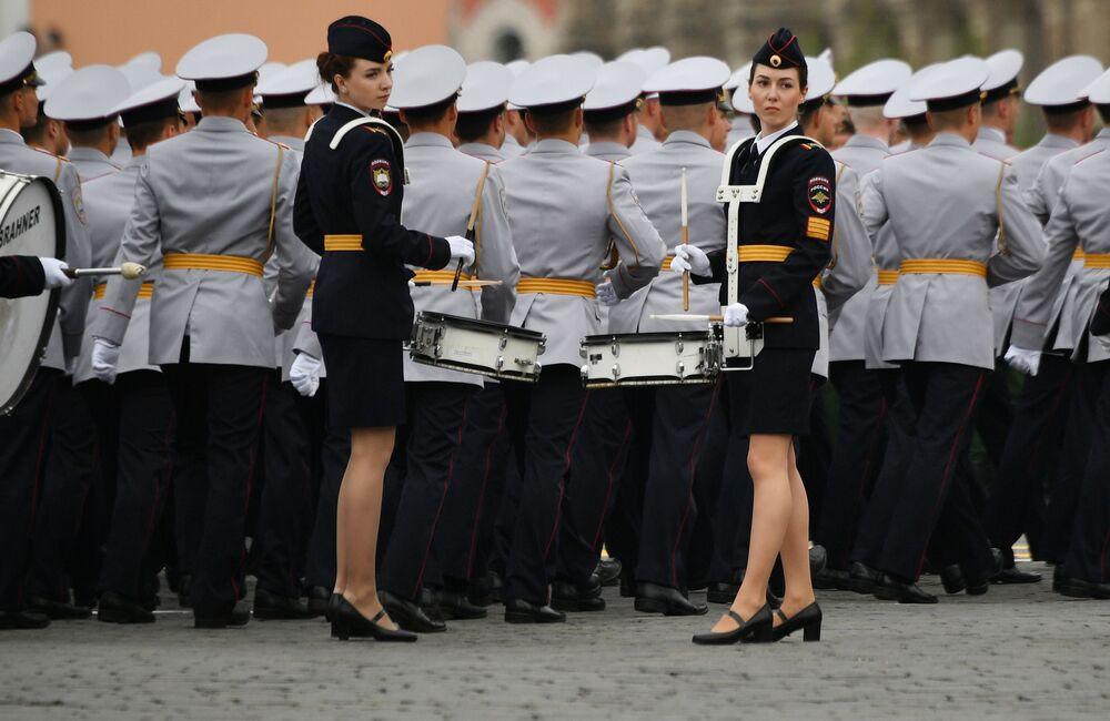 Cadetes femininas durante desfile da Universidade do Ministério dos Assuntos Internos de Moscou