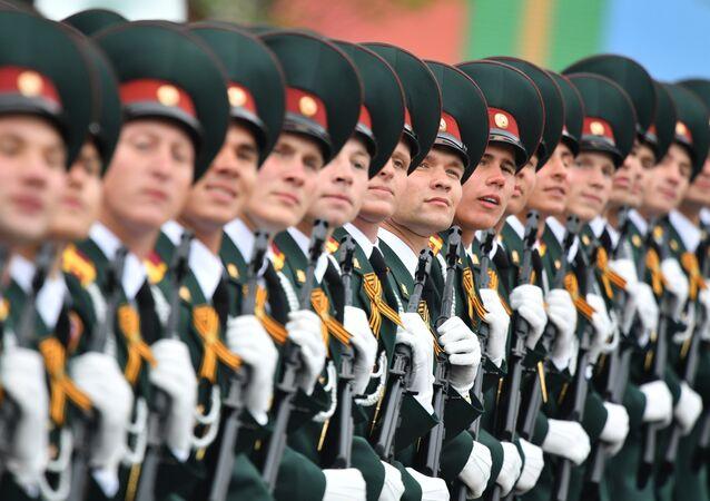 Formatura do Instituto Militar de Saratov das Tropas da Guarda Nacional durante a Parada da Vitória, 9 de maio de 2019